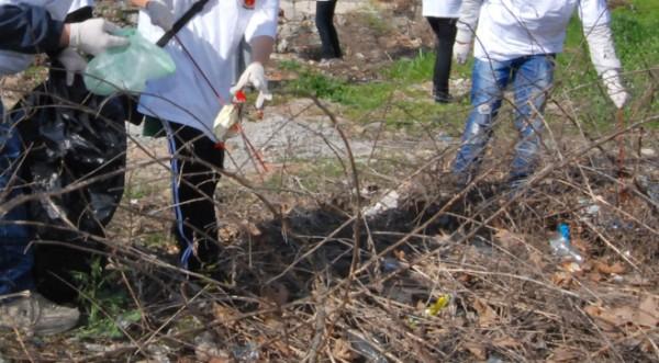 зэки во Враце убирают мусор