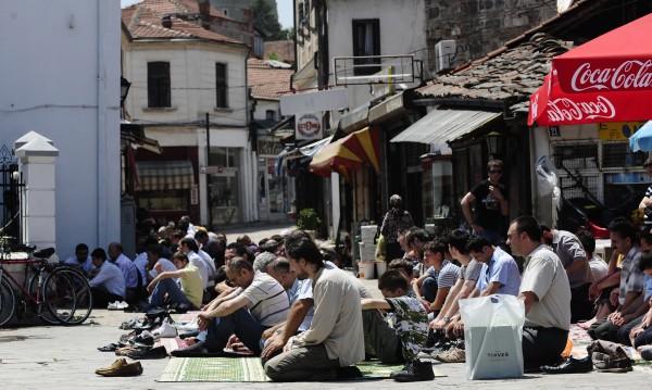 Албанците в Скопие скандират: Смърт на гяурите!