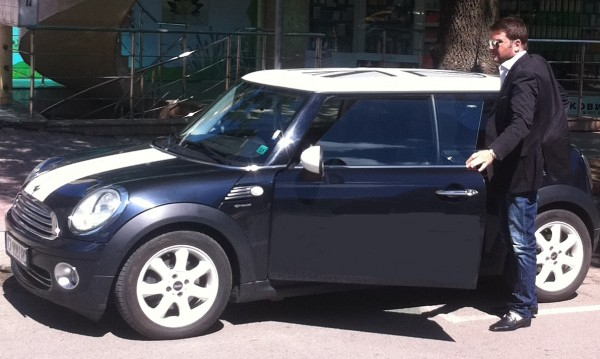 Съботен бис Д-р Енчев пред колата на секретарката си. Снимка: PR