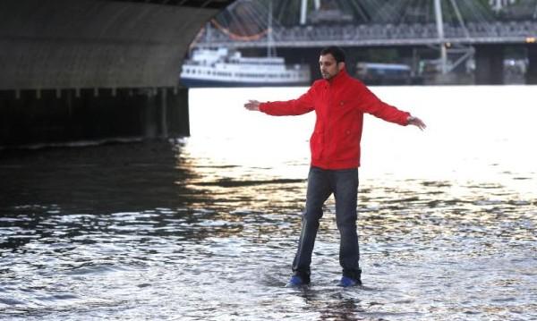 Маг се прави на Бог, ходи по Темза