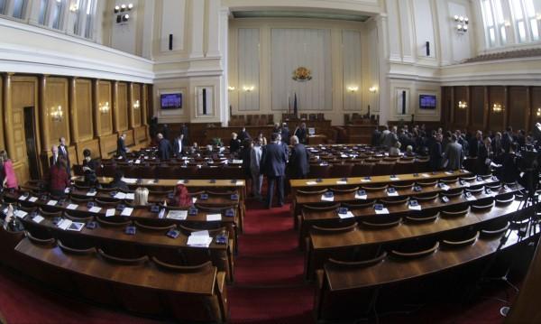 Парламентът започна работа от втория опит