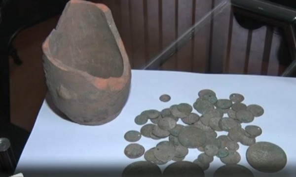 Тракторист откри гърне със съкровище, даде го в музея