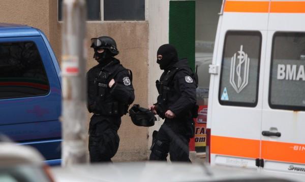 След 20 часа: Изведоха барикадиралия се от дома му