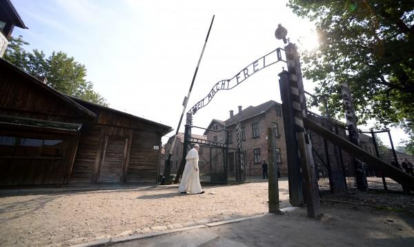 Папата се помоли за жертвите на Холокоста в Аушвиц