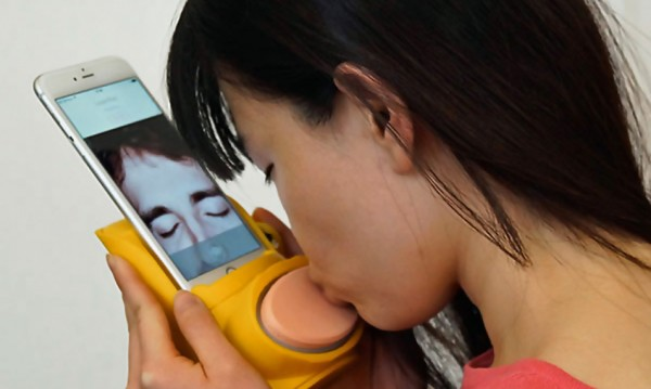 Този луд, луд свят: Джаджа праща целувки през смартфона!