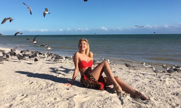 Йоанна Драгнева се пече по бански във Флорида