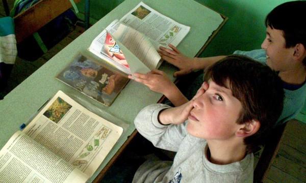 МОН: Учениците в София и още три области утре в клас