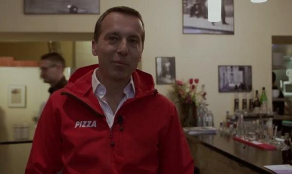 Канцлерът на Австрия разнася пици във Виена