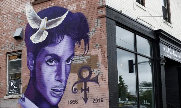 Година по-късно: Денс парти в памет на Принс