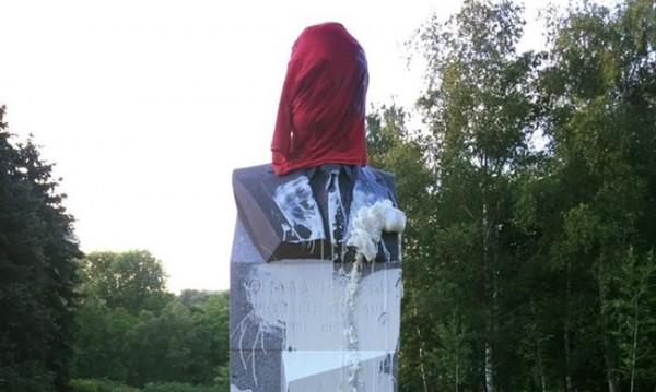 Паметникът на Рейгън – с червена блуза, залят с боя