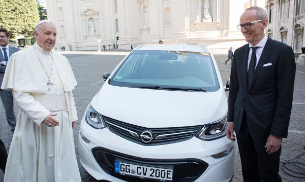 Opel дари папа Франциск с Ampera-e
