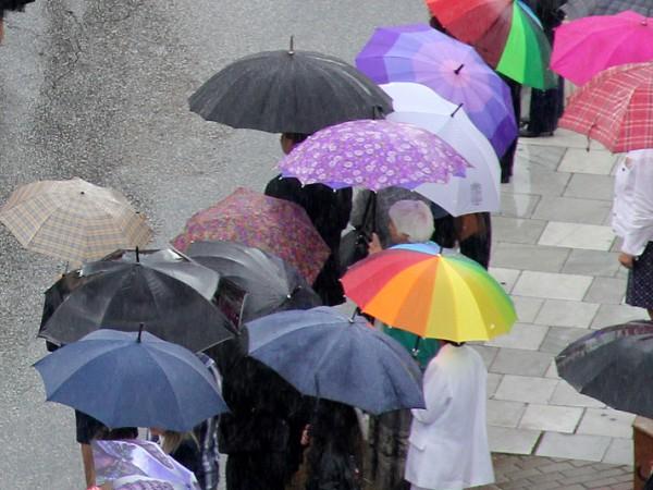 Снимка: Утре ще е още по-хладно, не прибирайте чадърите