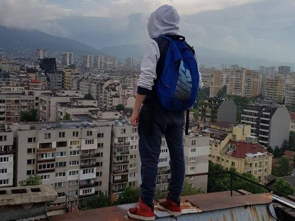 Снимка на ръба на покрива на десетки метри височина! Това