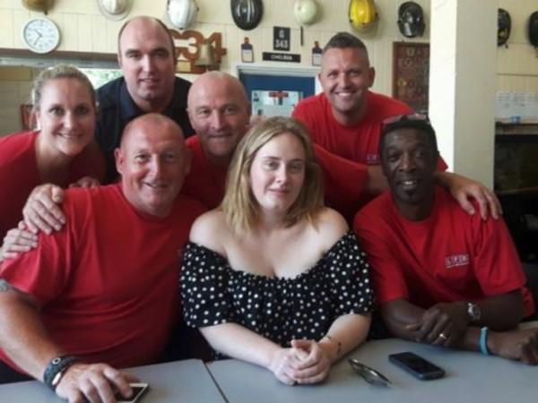 Британската певица Адел направи изненадващо посещение на някои от пожарникарите,