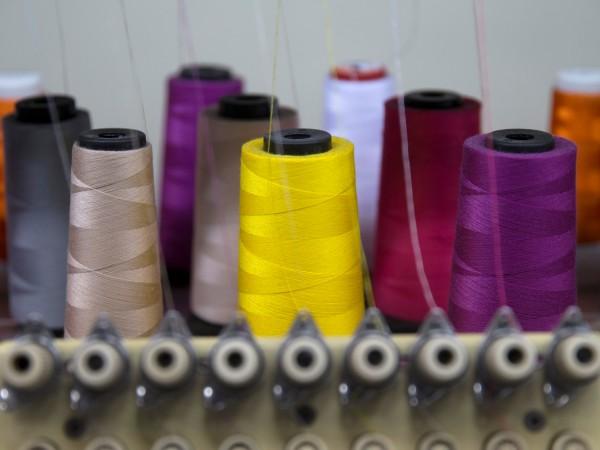 Заплатите на българските шивачки са близо до тези на азиатските