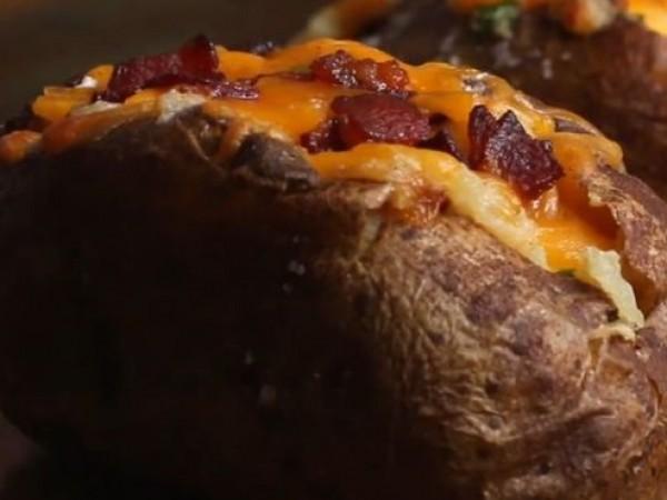Продукти:3 големи картофа2-3 стръка зелен лук150 г настъргано сирене чедър200