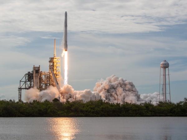"""Американската компания """"SpaceX"""" планира днес да изстреля спътника BulgariaSat-1 от"""