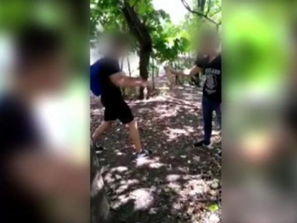 Клип, в който се вижда как ученици малтретират малко коте,