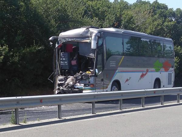 Снимка: Булфото123Двама мъже са тежко пострадали при катастрофата между два