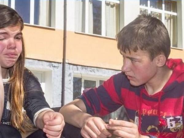 Лили и Митко, двете деца от село Вълчан дол, чиято