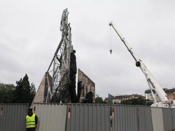 Започна демонтажът на паметника пред НДК. Въпреки лошото време или