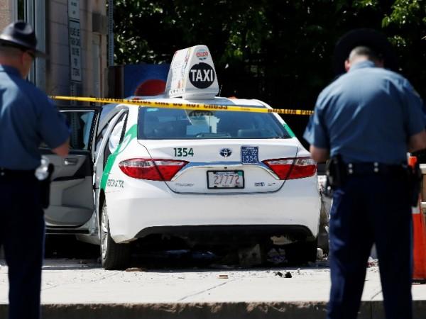 Десет души са ранени, след като такси се вряза в
