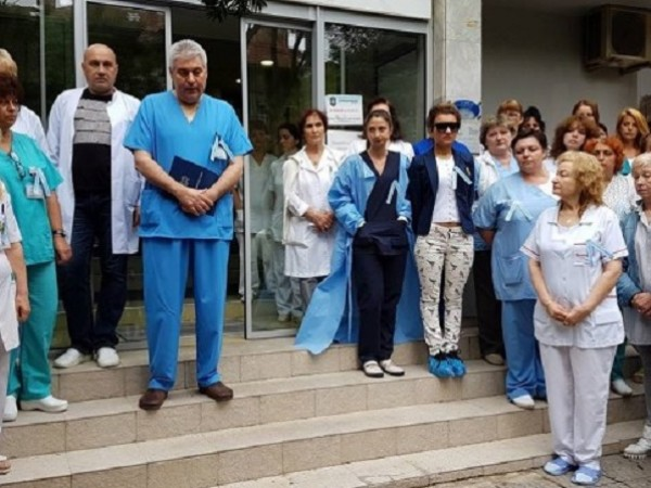 """Колеги на пребитата лекарка от """"Шейново"""" излязоха на символичен протест"""