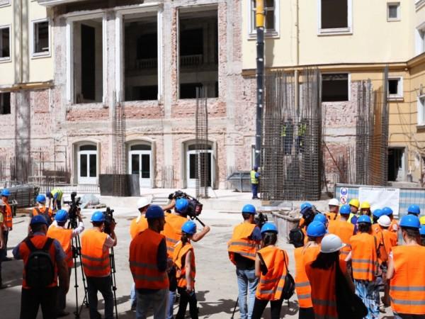 Снимка: Олег Попов, Dnes.bg12345678910 Работници ударно преустройват бившия Партиен дом,