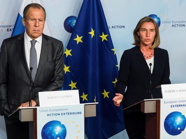 Европейският първи дипломат Федерика Могерини и руският й колега Сергей