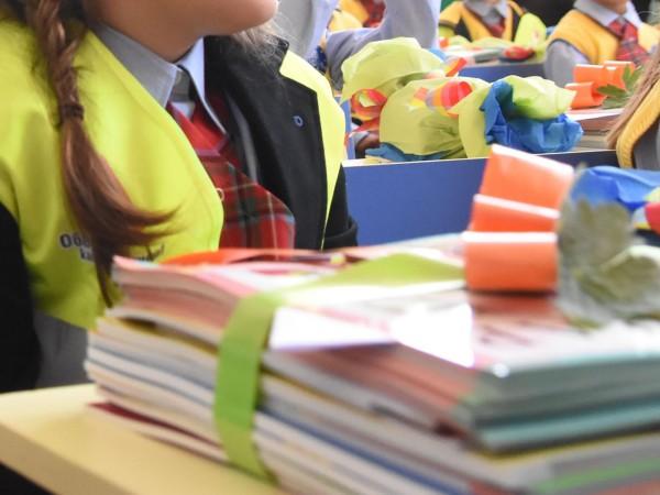 Снимка: Повече пари за малките ученици – обещания от червения Дядо Мраз