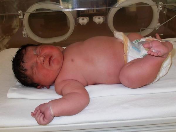 Бебе гигант се роди в Пловдив. Новороденото тежи 5 килограма