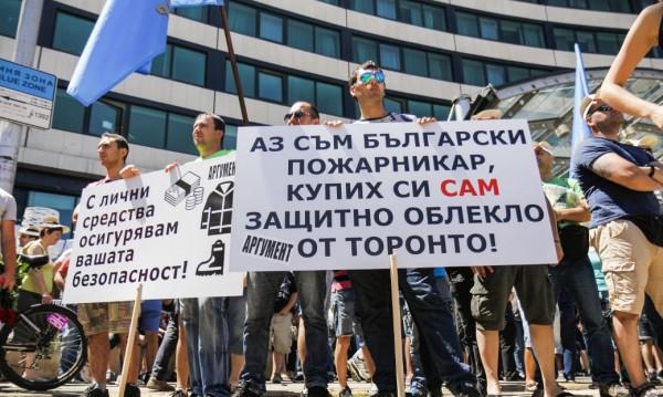 Вълна от протести в страната: Полицаи настояват за заплати