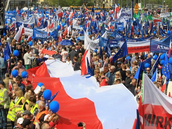 Европейската комисия отправи директна заплаха срещу Полша да задейства най-тежкото