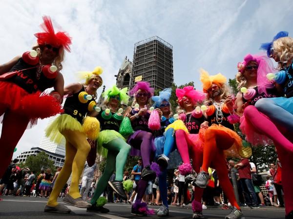 Хиляди танцуват днес по улиците на Берлин и сред тях