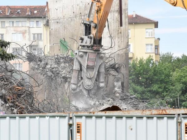 Втора машина се включи в разрушаването на бетонната конструкция на