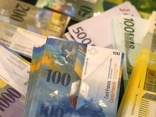 Младежи забравиха чанта с 6 000 евро на пейка до