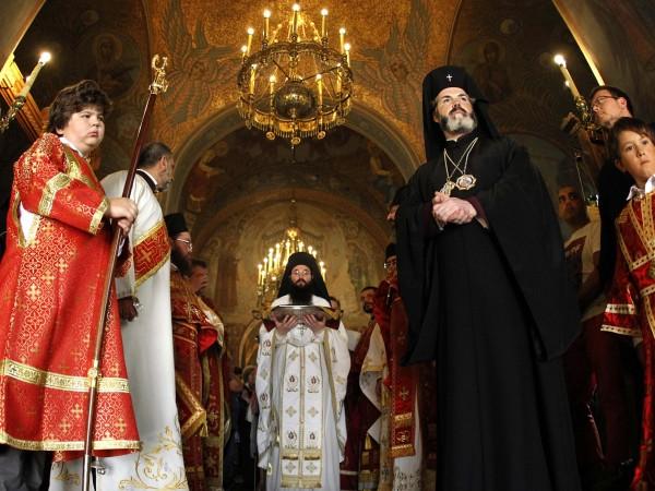 Десетки вярващи посрещнаха мощите на св. Панталеймон в Руския храм-подворие
