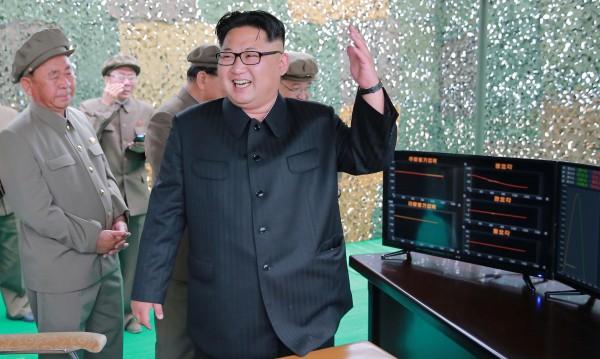 """САЩ обещават """"огън и ярост"""" на Северна Корея"""