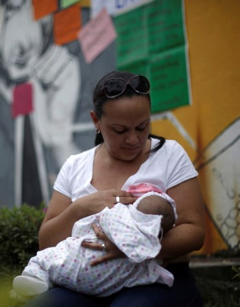 Кърма или адаптирано мляко? Какво да изберем за бебето?