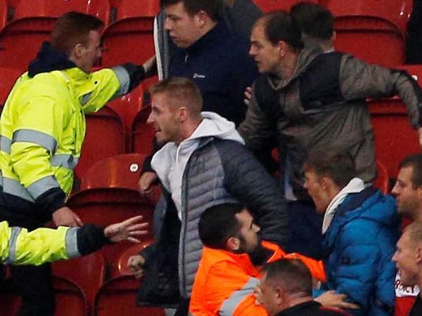 Деца пострадаха при масово сбиване между фенове на мача от