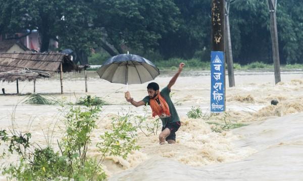 Жертвите на свлачищата в Непал се увеличават
