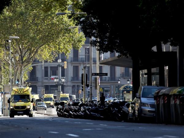 """Туристическата улица """"Рамбла"""" в центъра на испанската столица Барселона, където"""