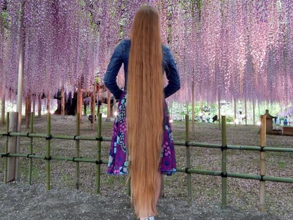 Косата на Андреа Колсън стига до глезените й, като тайната