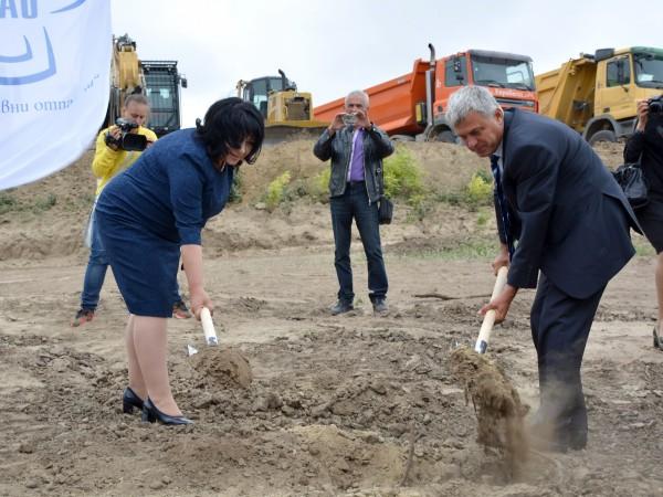 """Със символична """"първа копка"""" започна изграждането на Национално хранилище за"""