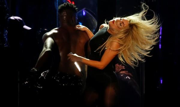 Лейди Гага слиза от сцената след световното си турне
