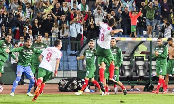 Лъвски скок! Футболни сили дишат прахта на България