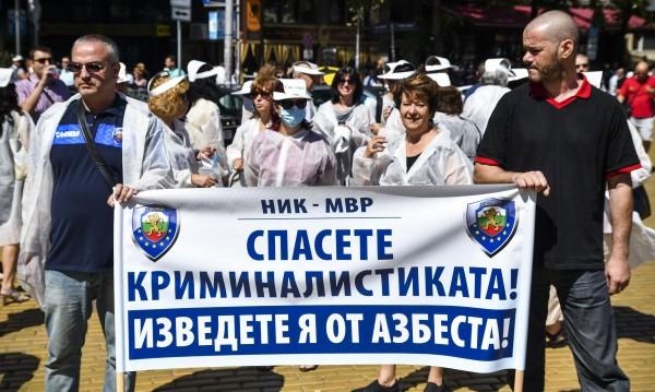 Полицаи на протест: Ще сме тук, докато ни чуят