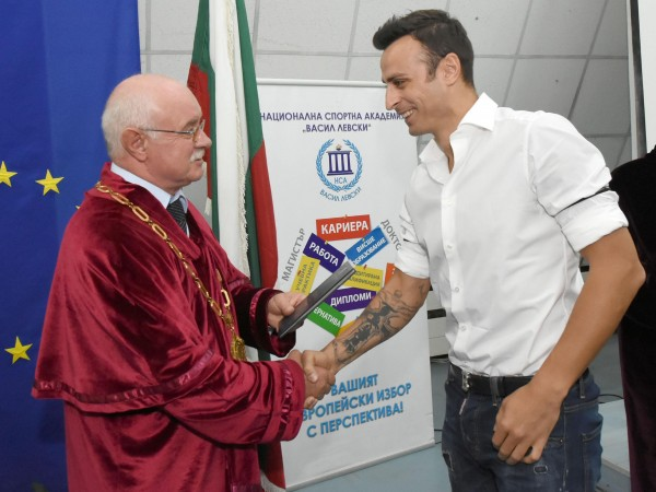 """Футболната звезда Димитър Бербатов взе диплома по """"Спортен мениджмънт"""" в"""