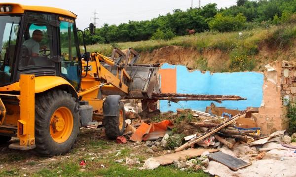 """Събарят още незаконни постройки в пловдивската """"Арман махала"""""""