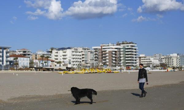 Признаха отпуск на италианка, грижила се за болно куче